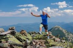 El atleta de la mujer está saltando sobre piedras foto de archivo libre de regalías