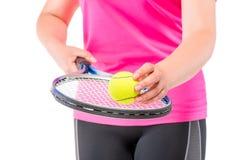 El atleta de la mujer pone la bola en la estafa para el tenis Fotografía de archivo