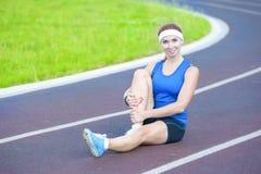 El atleta de sexo femenino During Body Stretching ejercita al aire libre Fotos de archivo libres de regalías