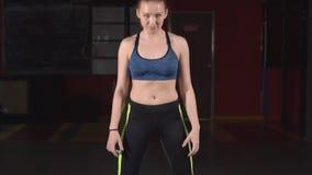 El atleta de sexo femenino entrena con un barbell en el gimnasio Cámara lenta almacen de video