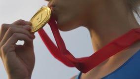El atleta de sexo femenino ganó una competencia, una medalla de oro de la muchacha que se besaba y un éxito que disfrutaba metrajes