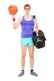 El atleta de sexo masculino joven con deportes empaqueta llevar a cabo un baloncesto Foto de archivo