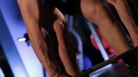 El atleta de sexo masculino viene a la barra y realiza el deadlift metrajes