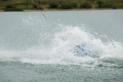 El atleta de Wakeboard cayó en el agua Imagenes de archivo