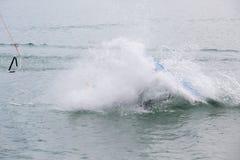 El atleta de Wakeboard cayó en el agua Imagen de archivo libre de regalías