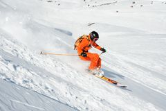 El atleta del esquí en un polvo fresco de la nieve acomete abajo de la cuesta de la nieve Fotografía de archivo libre de regalías