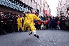 El atleta del monje se realiza con la espada Imagen de archivo libre de regalías