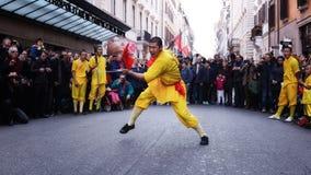 El atleta del monje se realiza con la espada Fotos de archivo