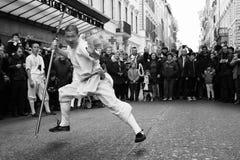 El atleta del monje se realiza con la espada Fotografía de archivo