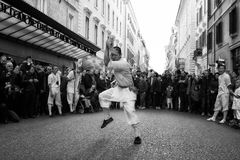 El atleta del monje se realiza con la espada Foto de archivo