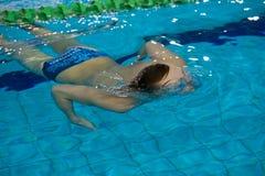 El atleta emerge del agua Foto de archivo libre de regalías