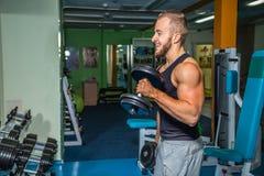 El atleta en el gimnasio fotos de archivo