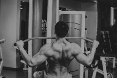 El atleta en el gimnasio imagen de archivo libre de regalías