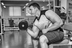 El atleta en el gimnasio foto de archivo