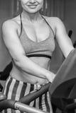 El atleta en el gimnasio imágenes de archivo libres de regalías