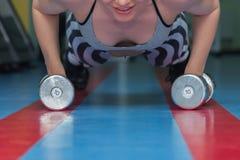 El atleta en el gimnasio imagen de archivo