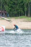 el atleta entra para wakeboarding el 28 de mayo de 2016 Imágenes de archivo libres de regalías