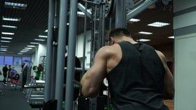 El atleta entrena en el simulador en el gimnasio Ejercicios para las manos metrajes