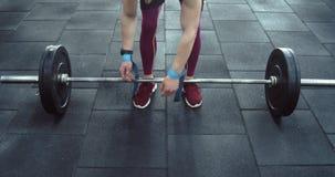 El atleta fija sus manos con las gomas metrajes