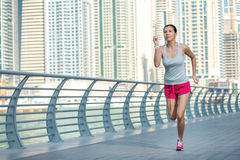 El atleta funciona con y hace el entrenamiento Mujer atlética en ropa de deportes Imagen de archivo