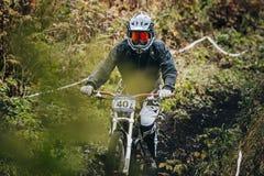El atleta monta en el rastro de la bici de montaña en la tierra Imagenes de archivo
