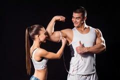 El atleta muscular muestra el pulgar-para arriba foto de archivo