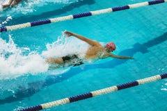 El atleta nada la pista del estilo libre de la piscina Foto de archivo libre de regalías