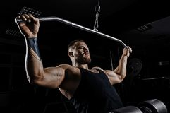 El atleta profesional realiza un ejercicio en el gimnasio Tira de foto de archivo libre de regalías