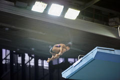 El atleta salta de salto-torre Fotos de archivo libres de regalías