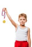 El atleta sonriente defiende al muchacho del niño que gesticula para el triunfo de la victoria imagenes de archivo