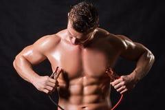El atleta sostiene los alambres de alto voltaje fotos de archivo
