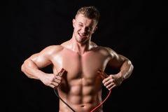 El atleta sostiene los alambres de alto voltaje fotografía de archivo libre de regalías