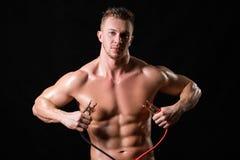 El atleta sostiene los alambres de alto voltaje fotografía de archivo