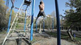 El atleta sube para arriba la cuerda almacen de video