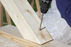 El atornillar de haces de madera fotos de archivo libres de regalías