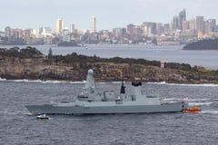 El atrevimiento del HMS mecanograf?a el destructor de la defensa a?rea de 45 Atrevido-clases del Royal Navy Sydney Harbor de sali foto de archivo libre de regalías