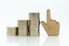 El aumento en la cantidad cada mes Uso para los ahorros que resultan del trabajo, concepto de la imagen del negocio imagen de archivo