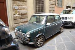 El auto retro es un mini en las calles de Italia fotos de archivo
