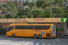 El autobús amarillo de RegioJet está parqueando en el término de autobuses de Florenc en Prag Imágenes de archivo libres de regalías