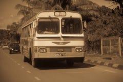 El autobús clásico viejo funciona con servicio regular en la ciudad de Kuching, Malasia imagen de archivo