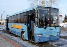 El autobús, colocándose en la parada de autobús fotografía de archivo