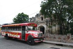 El autobús colorido del pollo encendido straiten Antigua, Guatemala Foto de archivo