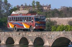 El autobús del transporte público atraviesa el puente Foto de archivo libre de regalías