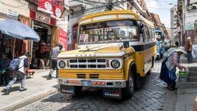 El autobús del transporte público va abajo de una calle en La Paz, Bolivia imagen de archivo libre de regalías