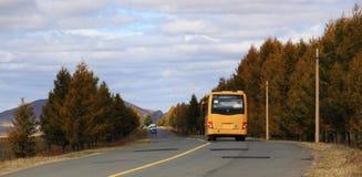 El autobús en glassland en Inner Mongolia Imagenes de archivo