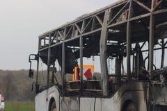 El autobús quemado se ve en la calle después de cogido en fuego durante viaje, después de fuego Imagenes de archivo