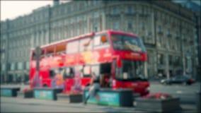 El autobús rojo de la excursión va en la calle de la ciudad en el centro de la ciudad Imagen enmascarada almacen de metraje de vídeo