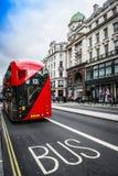 El autobús rojo icónico de Routemaster en Londres Fotografía de archivo libre de regalías