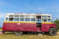 El autobús turístico que trae a clientes del ` hincha sobre la compañía del ` de Bagan al punto de lanzamiento de los globos en B Imagenes de archivo
