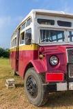 El autobús turístico que trae a clientes del ` hincha sobre la compañía del ` de Bagan al punto de lanzamiento de los globos en B Fotografía de archivo libre de regalías